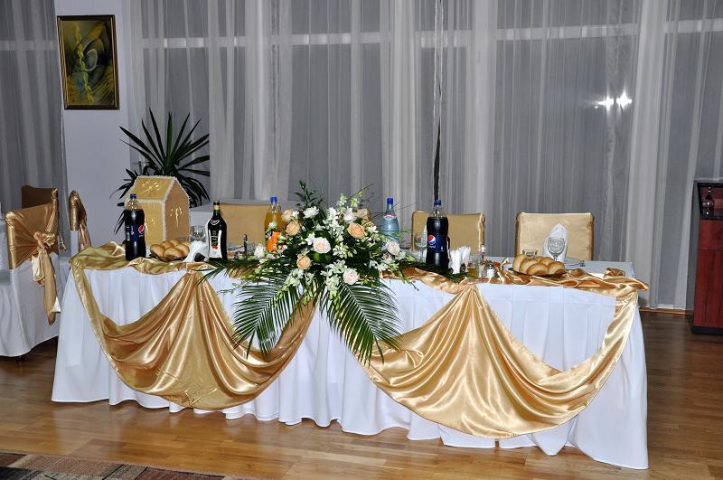 AP 14-280,00 Ron-Aranjament prezidiu cu trandafiri si orhidee
