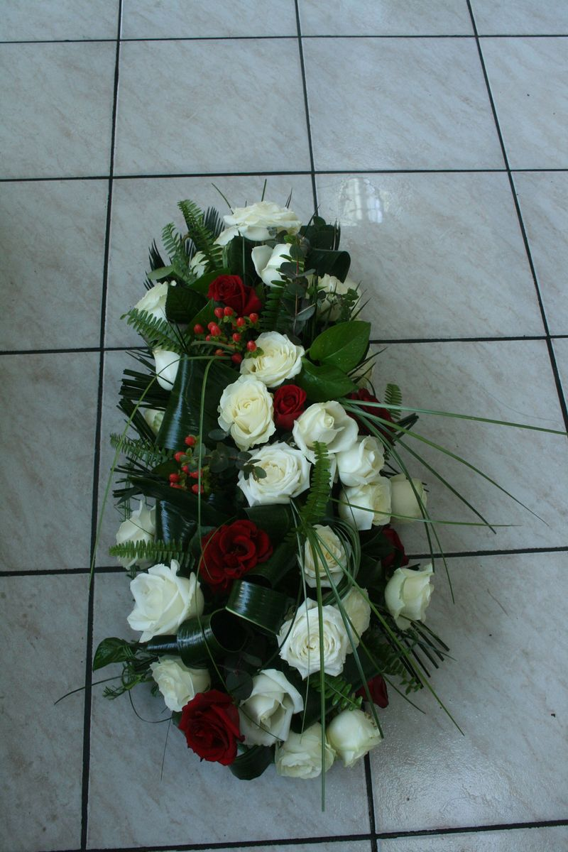 AF 04-230,00 Ron-Aranjament funerar cu trandafiri si hypericum