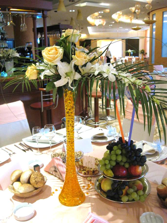 AM 03-120,00 Ron-Aranjament de masa cu trandafiri, crini si orhidee