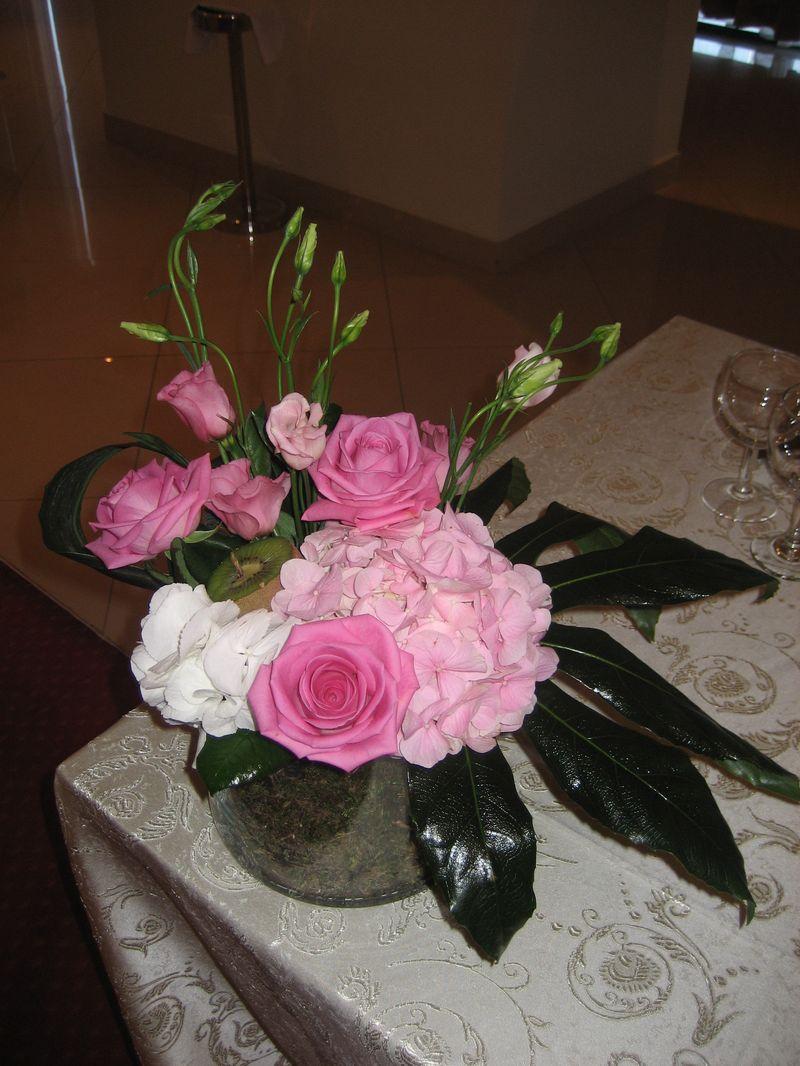 AM 13-130,00 Ron-Aranjament de masa cu trandafiri, lisianthus si hortensie