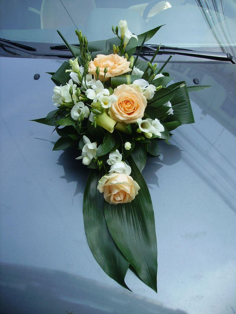 AC 03-130,00 Ron-Aranjament floral cu tradafiri, frezii si lisianthus