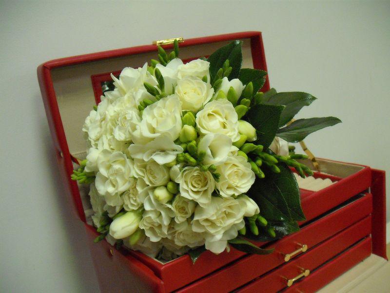 BM 04-190,00 RON-Buchet de mireasa cu frezii si trandafiri