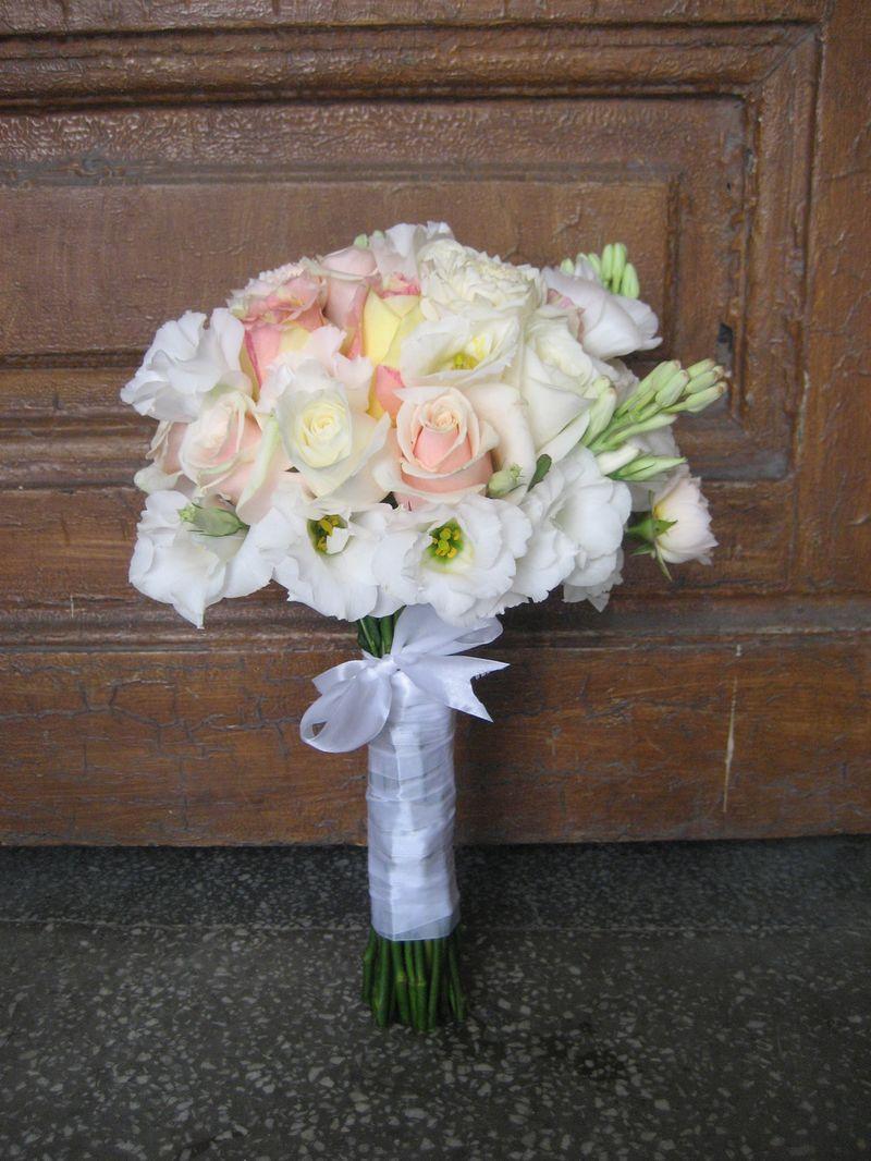 BM 17-200,00 RON-Buchet de mireasa cu trandafiri si lisianthus