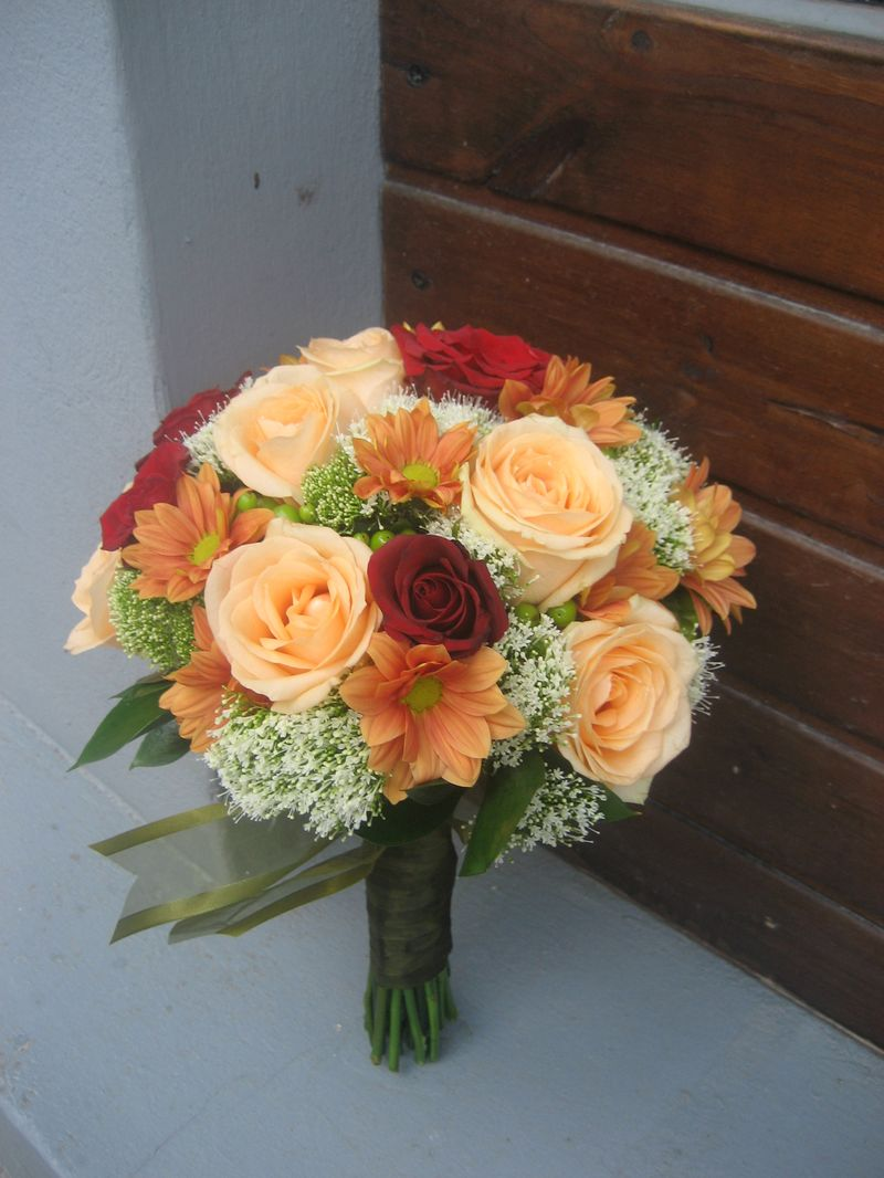 BN 14-190,00 RON-Buchet de nasa cu trandafiri crizanteme trahelium si hypericum