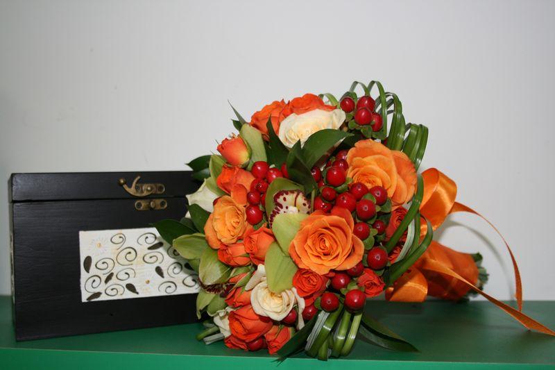 BN 16-190,00 RON-Buchet de nasa cu trandafiri minirosaorhidee si hypericum