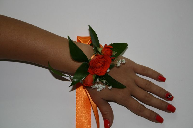 CS 04-45,00 RON-Corsaj cu trandafiri si minirosa