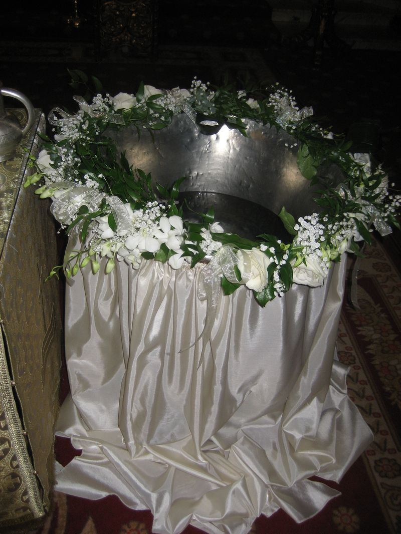 CR 07-200,00 RON-Aranjament cristelnita cu trandafiri si orhidee