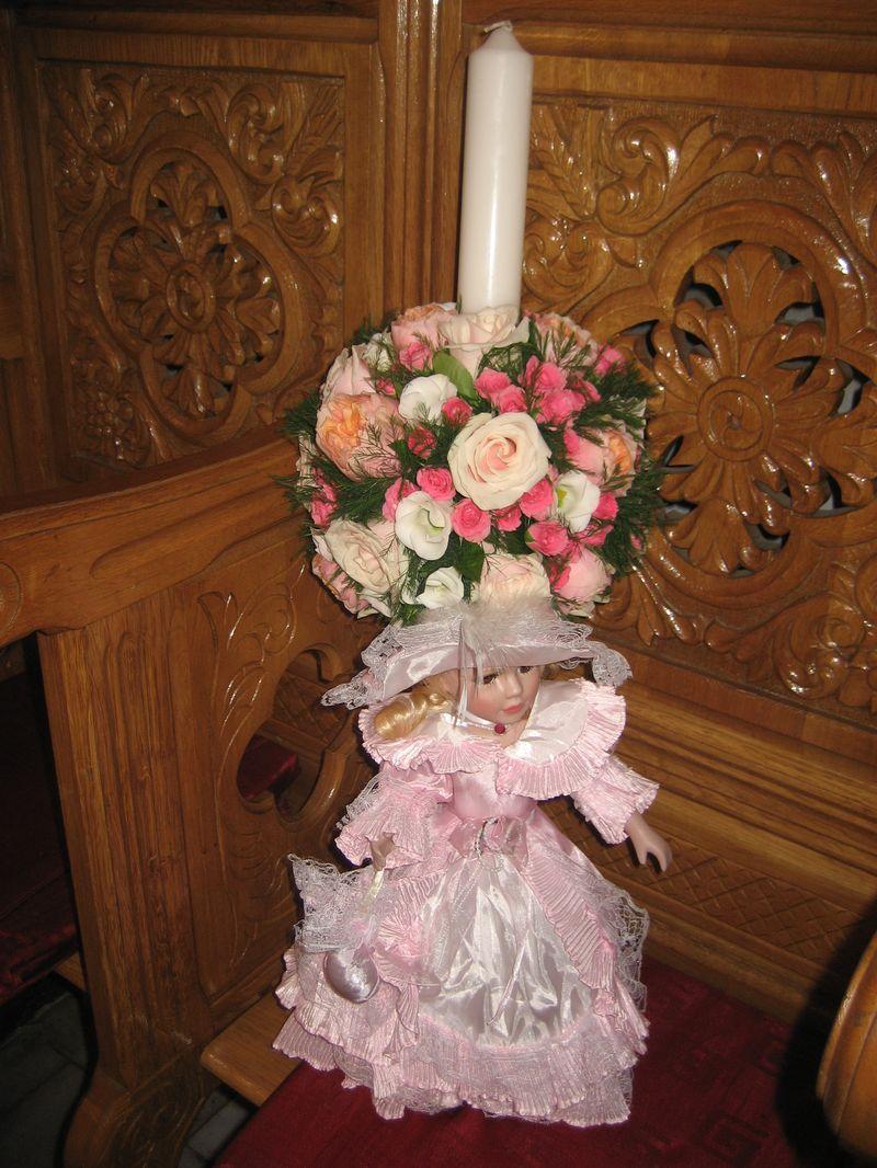 LB 06-280,00 RON-Lumanare botez cu trandafiriminirosa si lisianthus