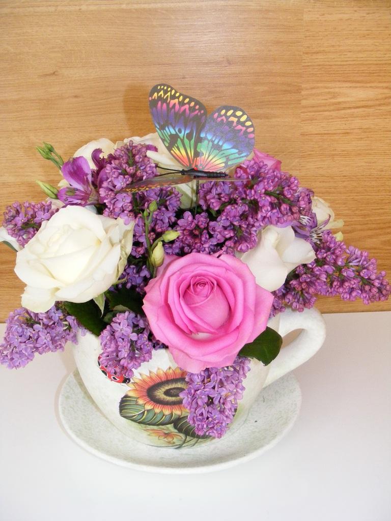 AN 06-100,00 RON-Aranjament natural in cana cu trandafiri si liliac