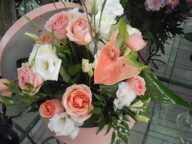 AN 07-130,00 RON-Aranjament natural cu trandafiri lisianthus si anthurium