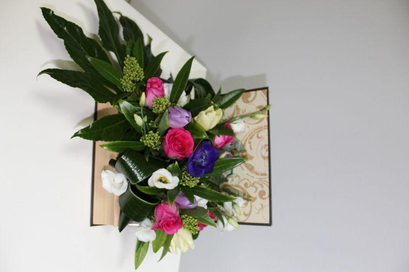 AN 12-150,00 RON-Aranjament natural in carte cu anemone, lalele, lishianthus si trandafiri