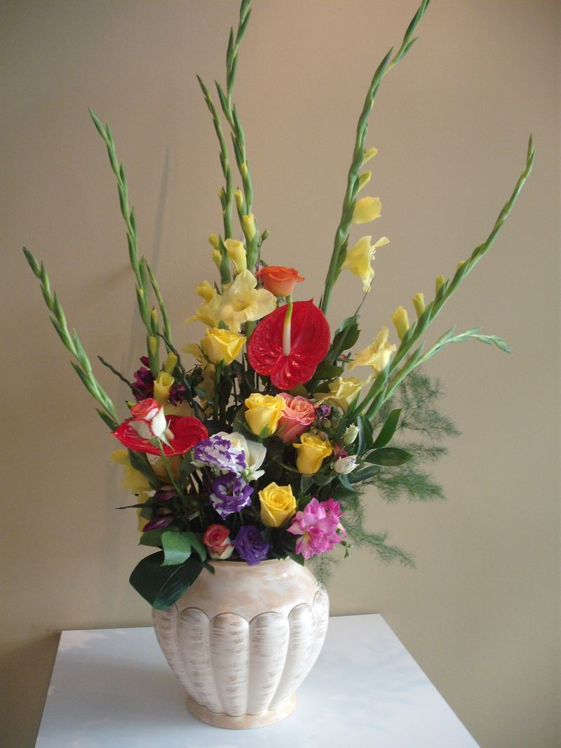 AN 14-180,00 RON-Aranjament natural cu trandafiri anthrium lisianthus si gladiole