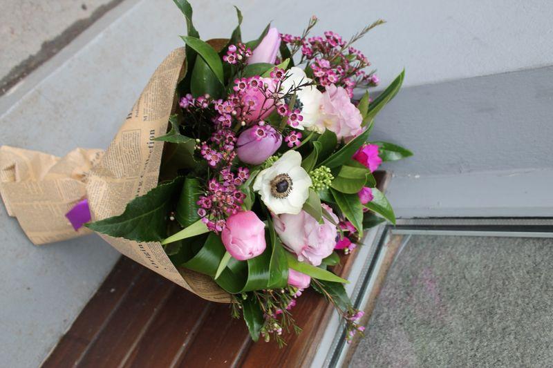 BF 04-130,00 Ron- Buchet de flori cu anemone, lalele, trandafiri si wax