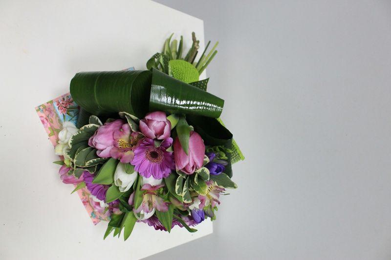 BF 05-100,00 Ron-Buchet de flori cu minigerbera, lalele si alstroemeria