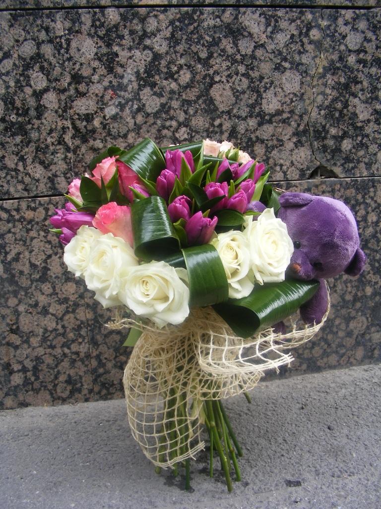 BF 07-200,00 Ron-Buchet de flori cu trandafiri, lalele si ursulet