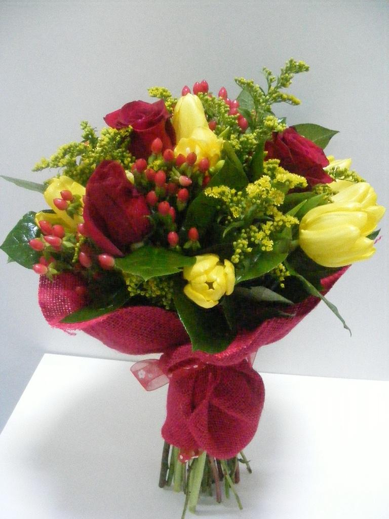 BF 13-100,00 Ron-Buchet de flori cu trandafiri, lalele, solidago si hypericum