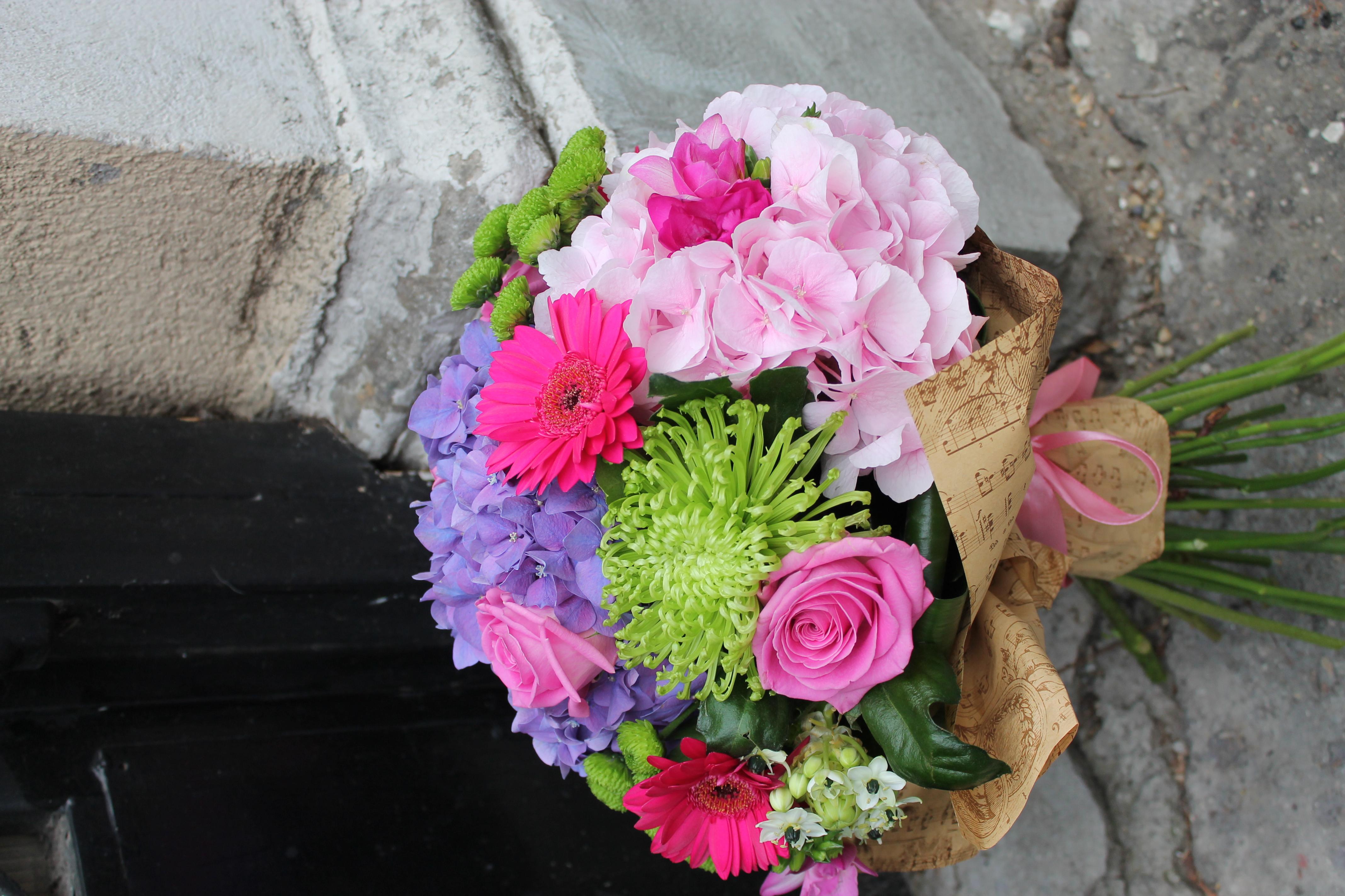 BF 15-200,00 Ron-Buchet de flori cu hortensie, trandafiri, minirosa, minigerbera, frezii
