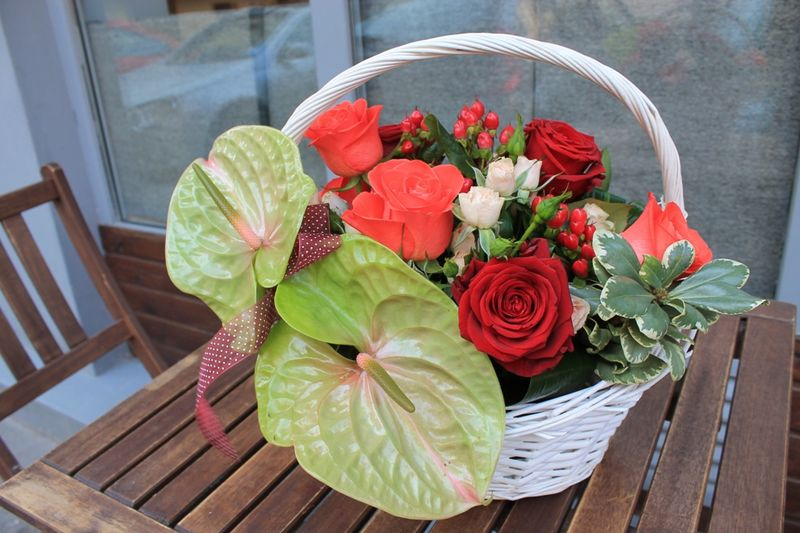 CF 08-150,00 Ron-Cos cu anthurium, trandafiri, minirosa si hypericum