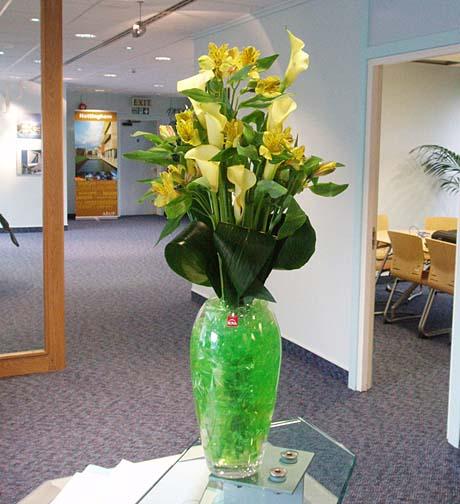 RC 07-250,00 Ron-Aranjament floral cu alstroemeria si cale