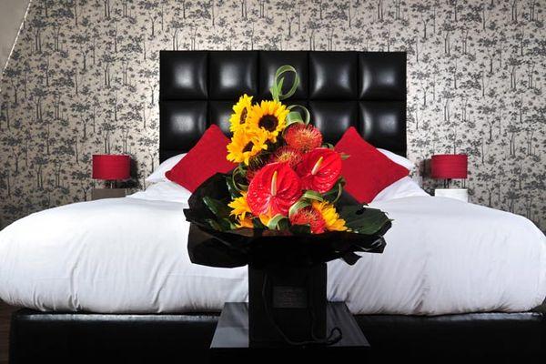 RC 10-200,00 Ron-Aranjament floral cu anthurium, floarea soarelui si protea
