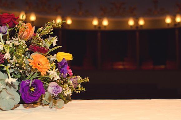 AE 01-120,00 Ron-Aranjament floral cu lalele. Lisianthus si vax flower