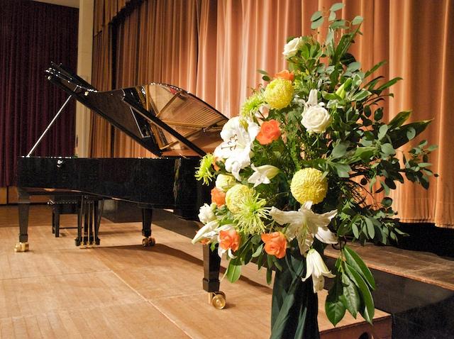 AE 03-350,00 Ron-Aranjament floral cu trandafiri, crini si crizanteme