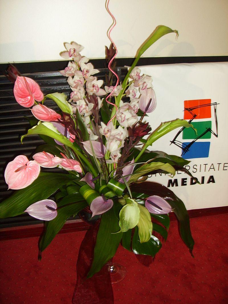 FP 07-800,00 Ron-Aranjament floral cu anthurium, cale, orhidee cymbidium