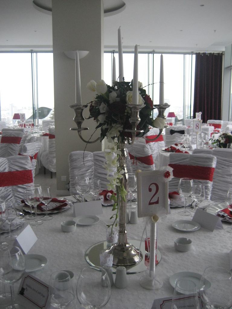 AM 16-250,00 Ron-Aranjament de masa cu trandafiri, lalele si orhidee