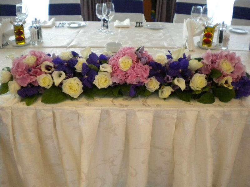 AP 03-550,00 Ron-Aranjament prezidiu cu hortensii, trandafiri, cale si orhidee vanda