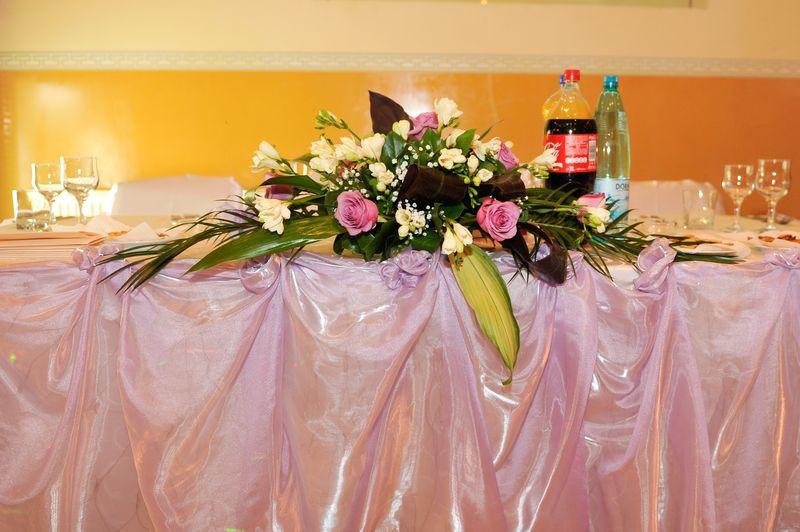 AP 04-190,00 Ron-Aranjament prezidiu cu trandafiri, frezii si gypsofila