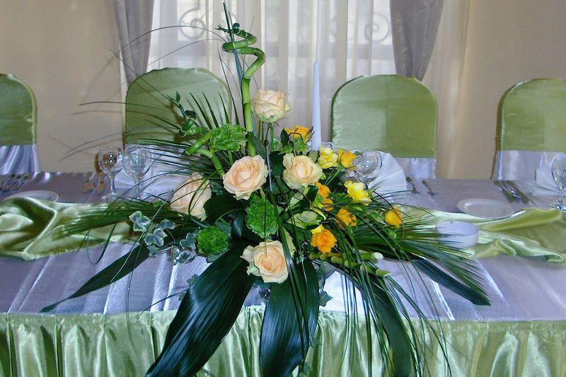 AP 06-200,00 Ron-Aranjament prezidiu cu trandafiri, bambus si garoafe